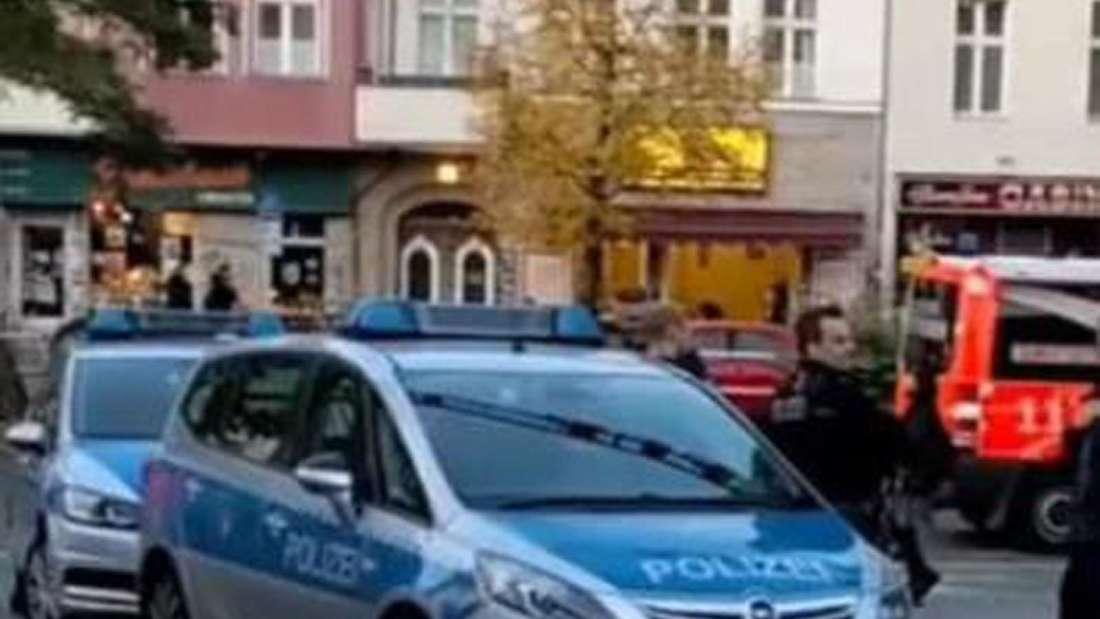 Zwei Polizei und ein Feuerwehrwagen stehen auf einem Parkplatz