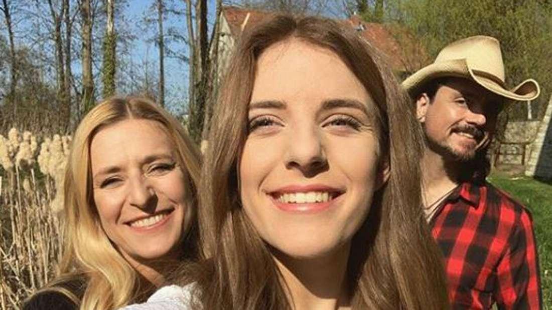Johanna Mross macht ein Selfi, Stefanie Hertel und Lanny Lanner im Hintergrund