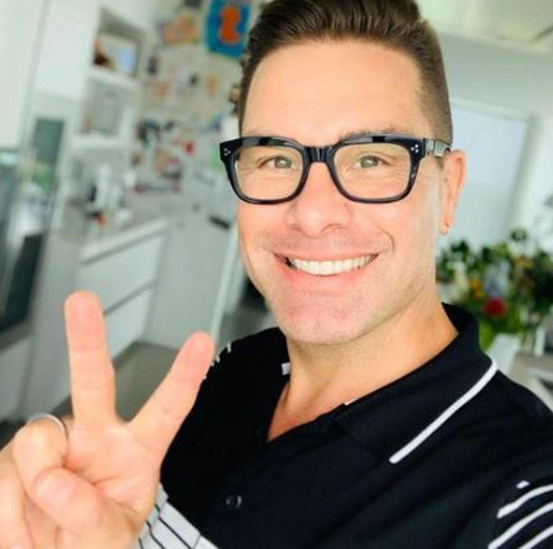 Eloy de Jong macht ein Selfie und macht dabei ein Peace-Zeichen