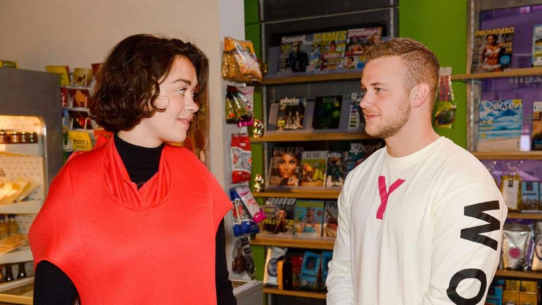 GZSZ: Jonas und Merle stehen im Kiezkauf und schauen sich an.