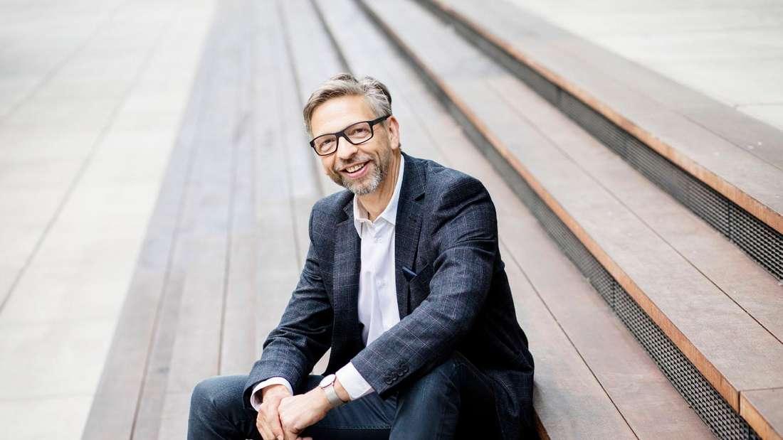RTL-Unterhaltungschef Kai Sturm sitzt auf einer Treppe
