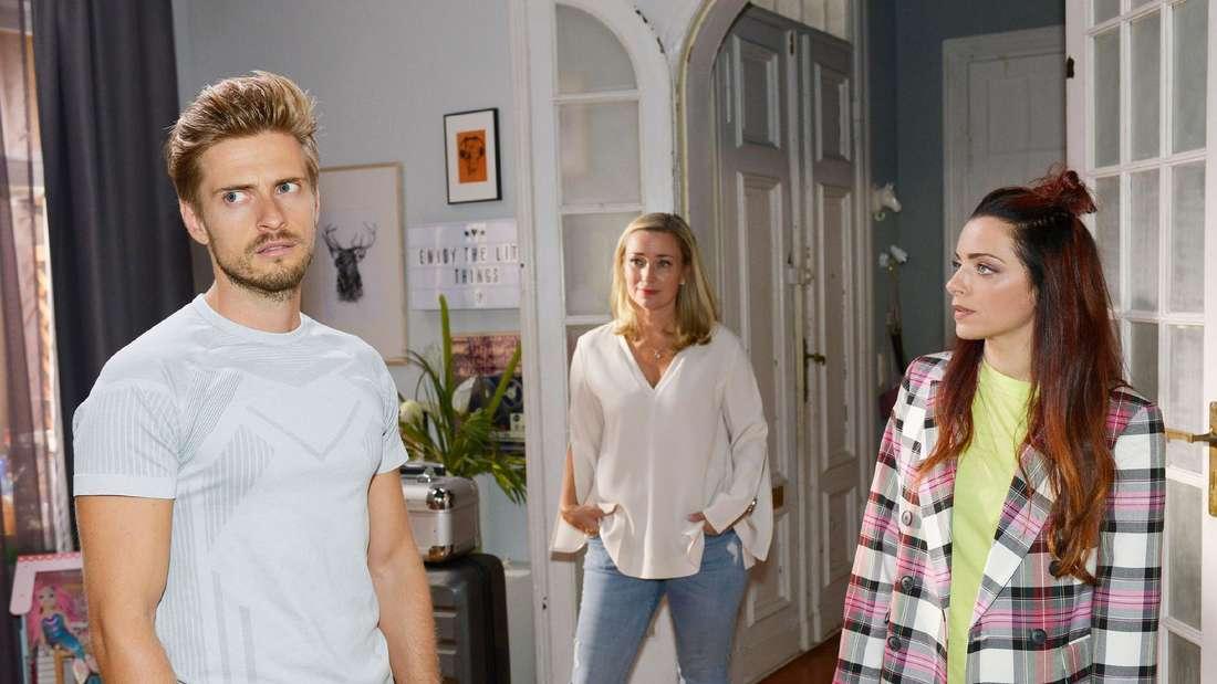 Patricia, Philipp und Emily stehen im Wohnzimmer.