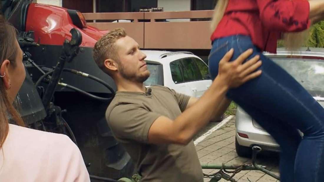 """Patrick schaut der """"Bauer sucht Frau""""-Kandidatin auf den Po, während sie auf den Traktor klettert"""