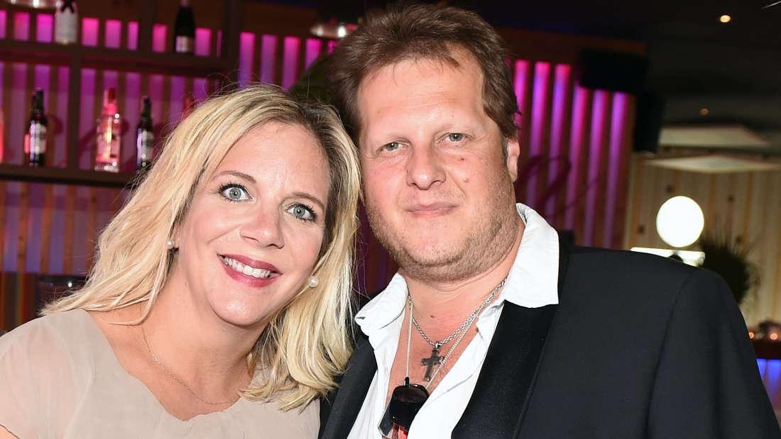 Danni Büchner lehnt ihren Kopf an ihren verstorbenen Mann Jens.