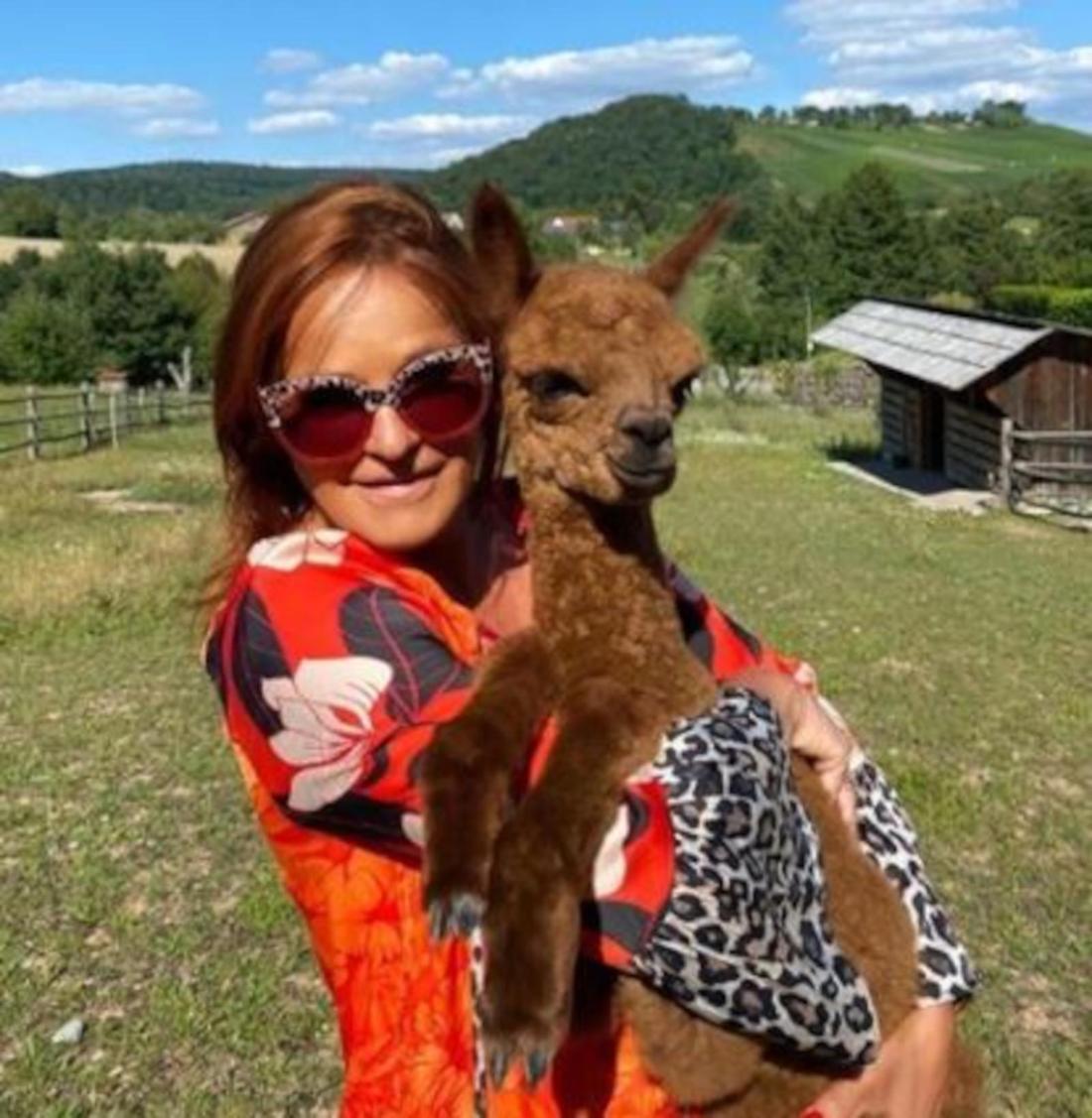 Andrea Berg hält ein Baby-Alpaka auf dem Arm