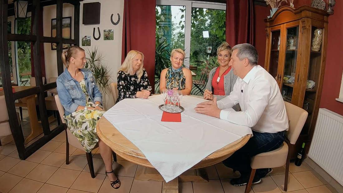 """Landwirt Rüdiger mit Inka Bause und seinen drei """"Bauer sucht Frau""""-Kandidaten an einem Tisch."""