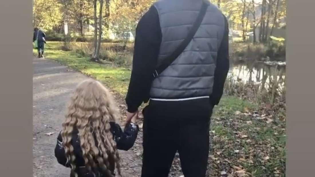 Lucas Cordalis und Sophia gehen im Wald spazieren