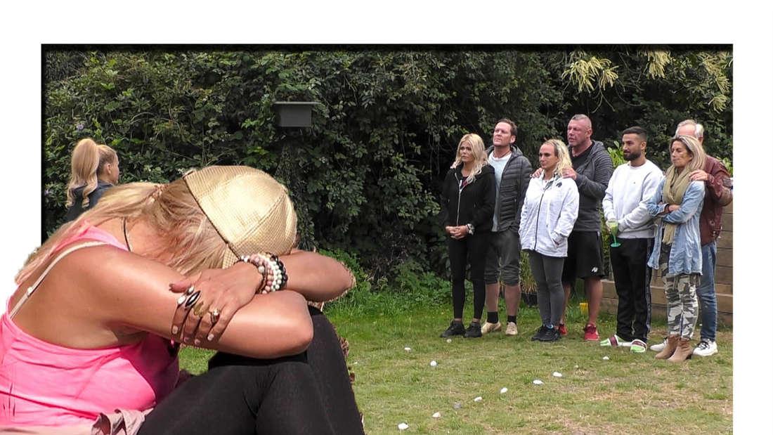 """Diana Herold sitzt im Gras und lehnt ihren Kopf auf ihre Arme, im Hintergrund sieht man drei Paare vom """"Sommerhaus der Stars"""". (Fotomontage)"""