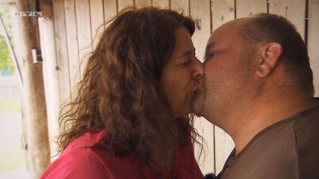 Thomas und Bianca küssen sich