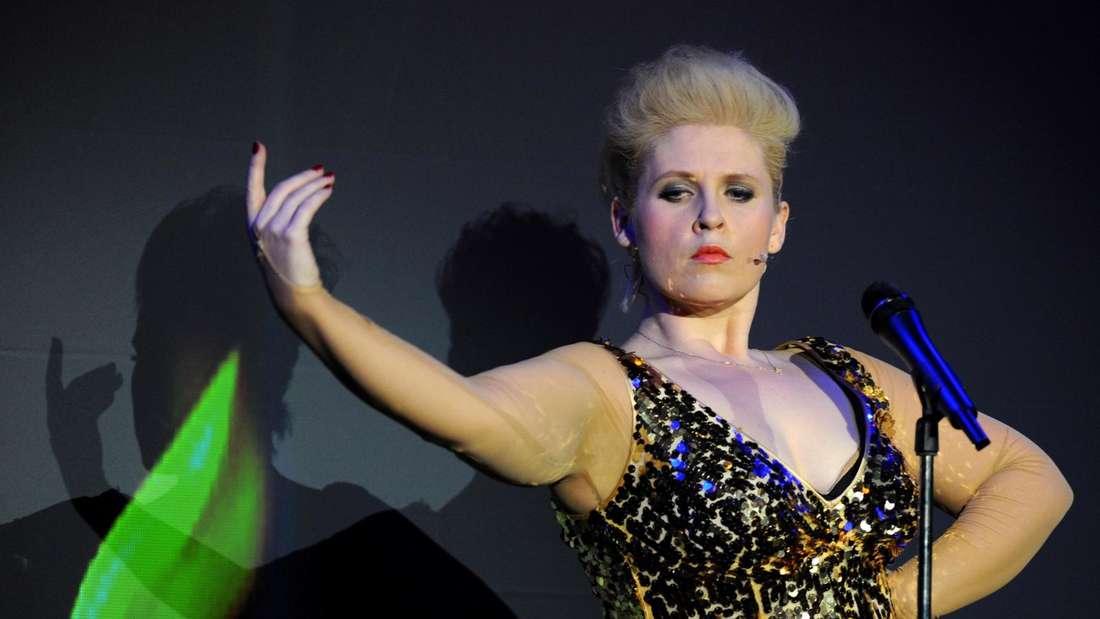 Maite Kelly spielt auf der Bühne die Rolle einer Diva