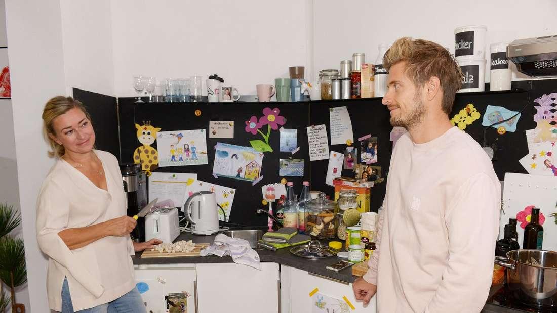 Philip und Patricia stehen sich in der Küche gegenüber.
