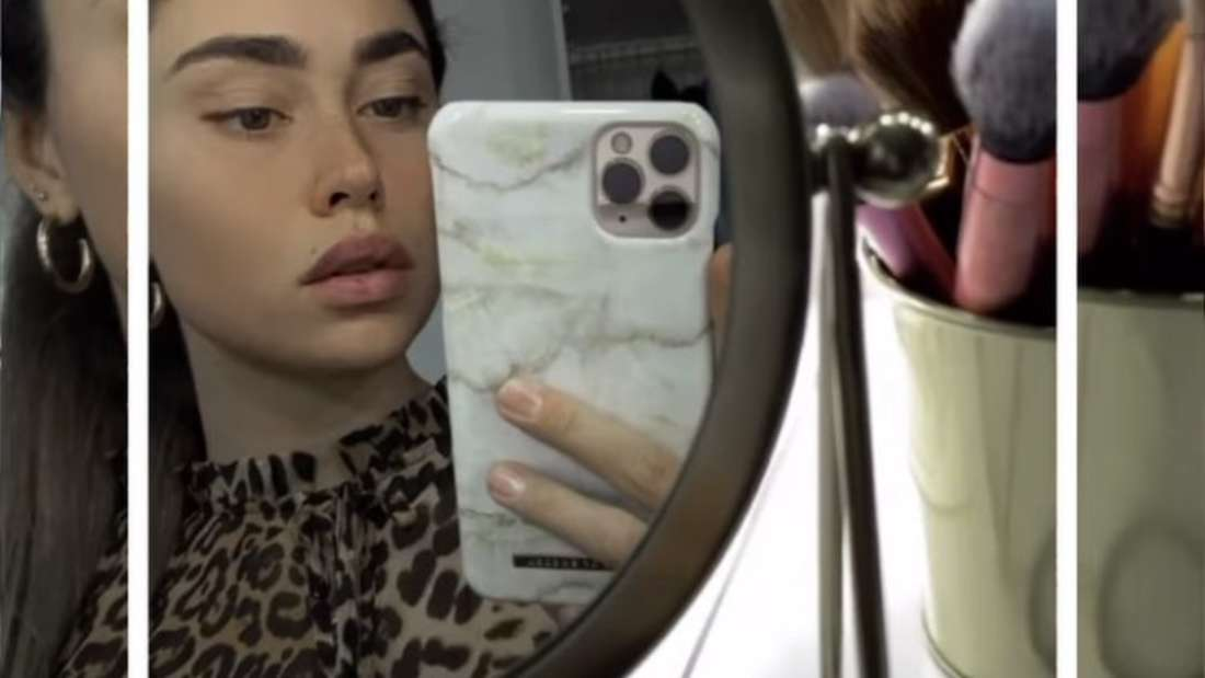 Melissa Damilia fotografiert sich ungeschminkt vor dem Spiegel.