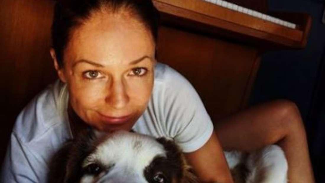 Michelle ungeschminkt mit ihrem Hund