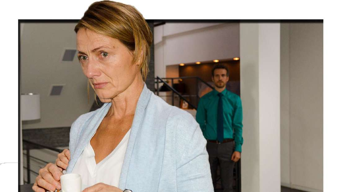 Felix Lehmanns Mutter hält eine Tasse Espresso in der Hand und schaut entsetzt in die Kamera.