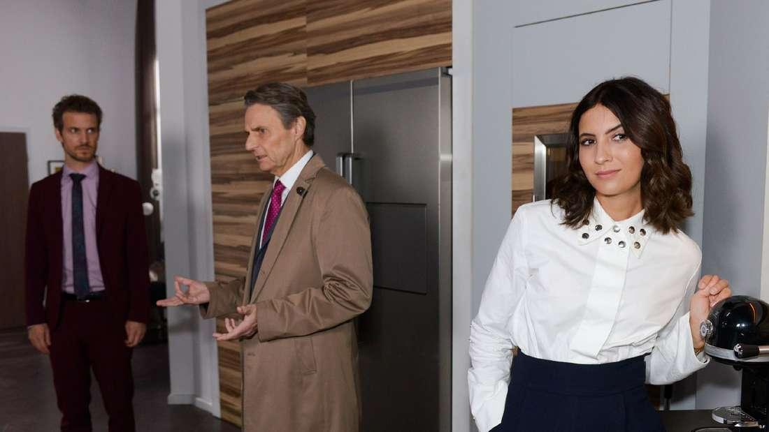 Felix, Laura und Jo stehen gemeinsam in der Küche.