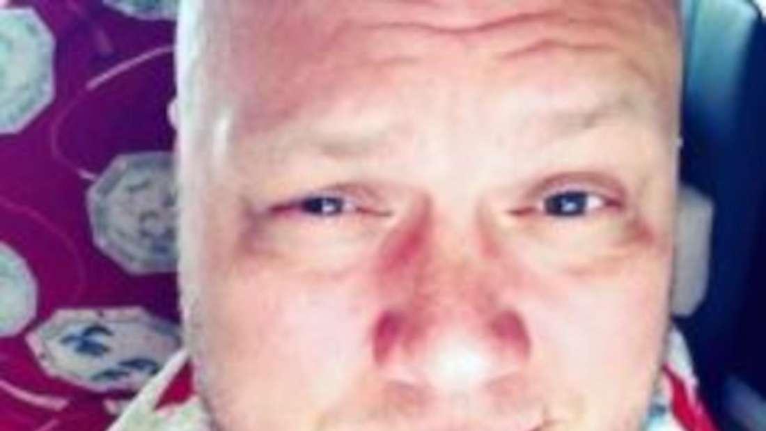 Buddy macht ein Selfi mit hochgezogener Augenbraue