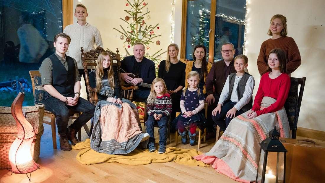 Angelo Kelly (4.v.r.) und Joey Kelly (4.v.l.) feiern zusammen mit ihren Familien Weihnachten