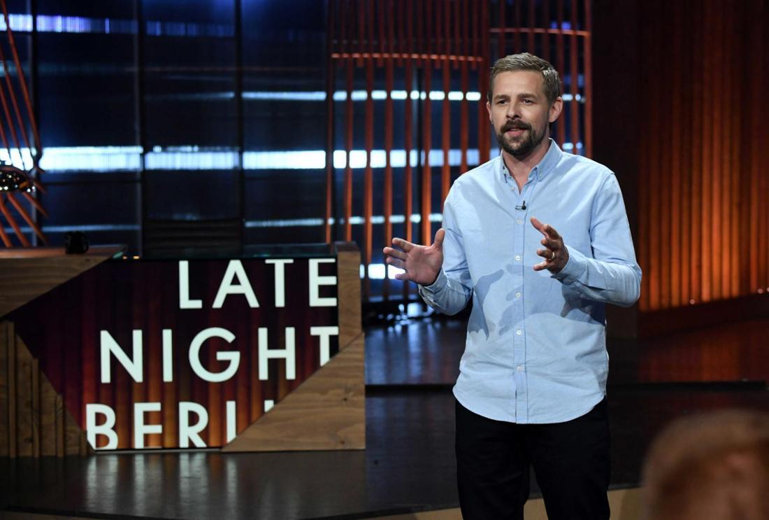 """Klaas Heufer-Umlauf steht auf der Bühne von """"Late Night Berlin"""""""