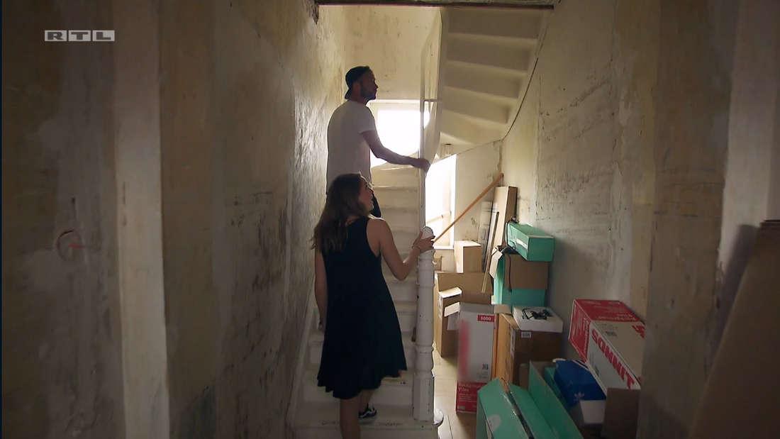 Alina und Peter laufen die Treppe hoch.