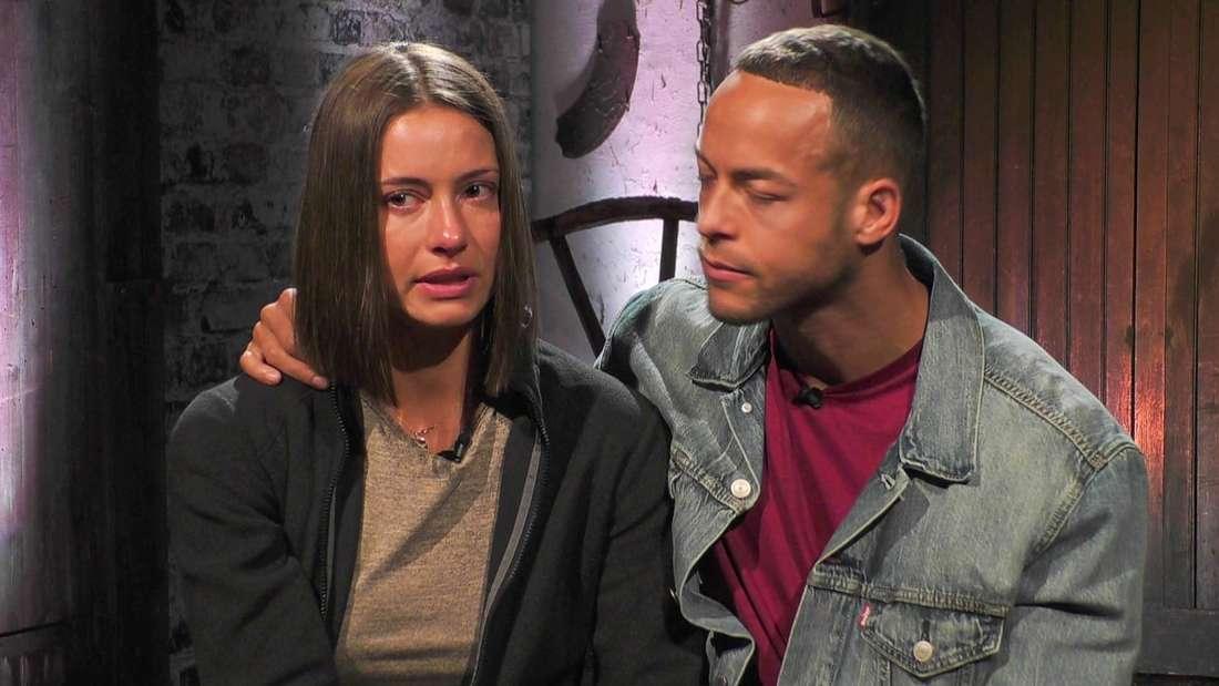 """Andrej Mangold nimmt seine Freundin Jenny Lange, die weint, in der """"Sommerhaus der Stars""""-Scheune in den Arm."""