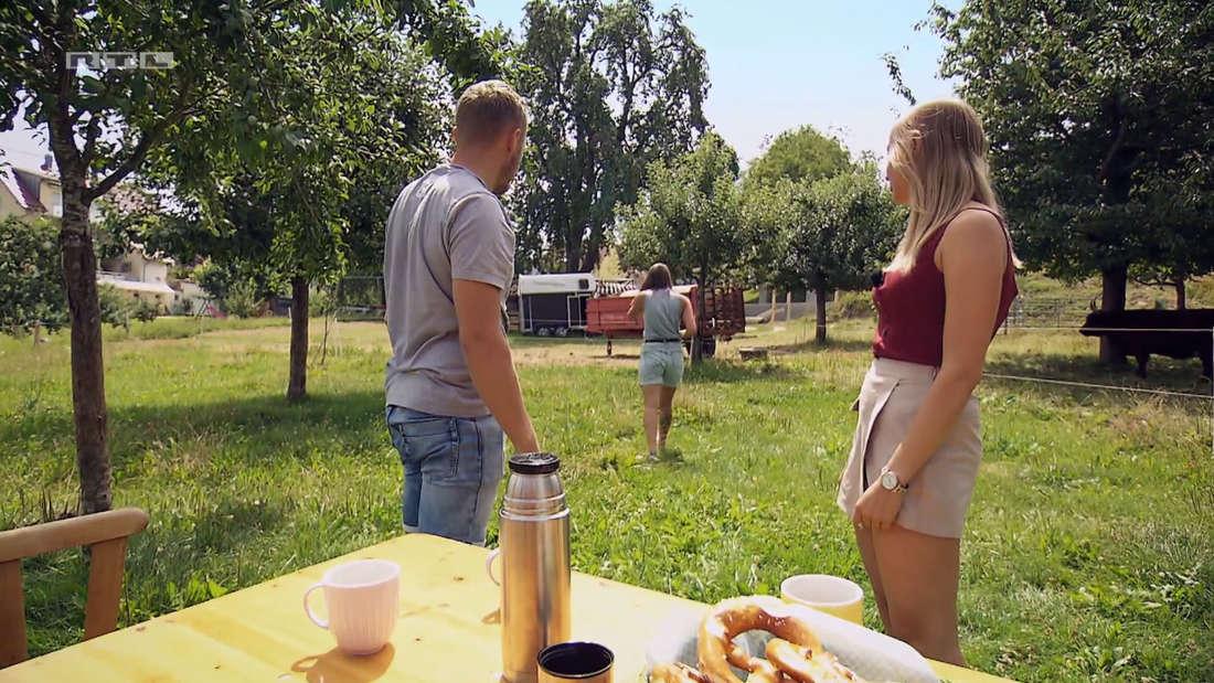Patrick und Julia stehen nebeneinander, im Hintergrund sieht man Sofia davon laufen