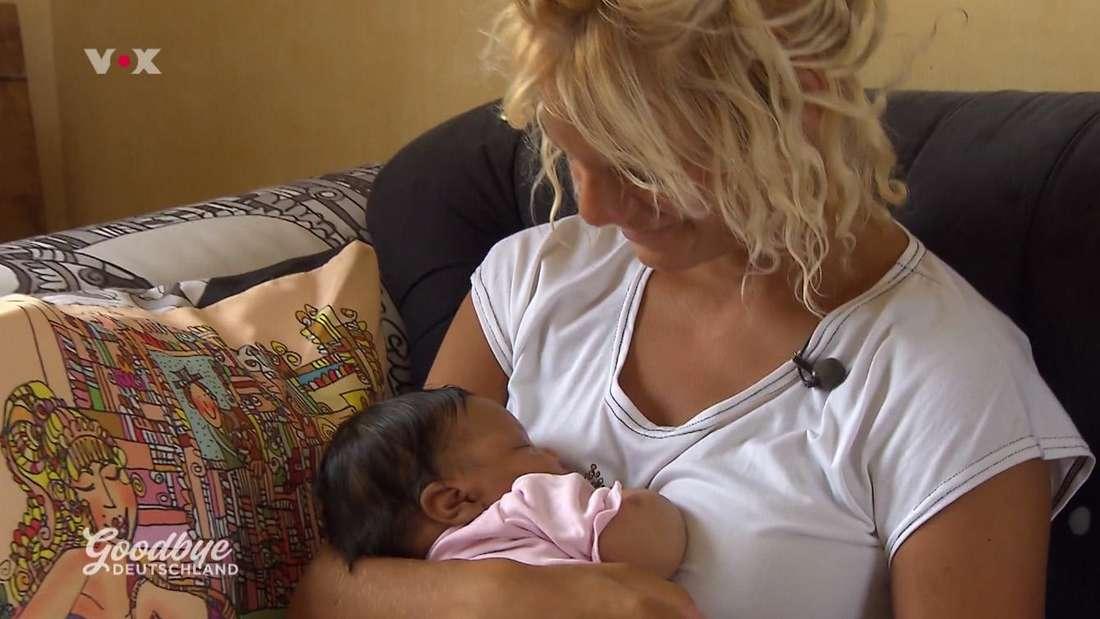 Eva-Marie hält ihre Tochter im Arm