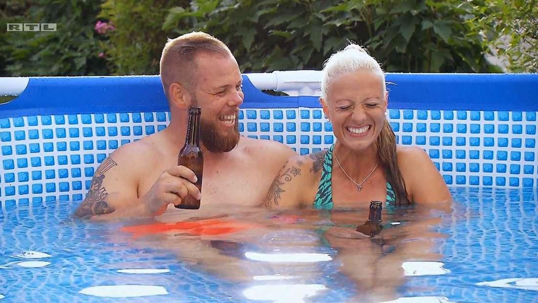 """""""Bauer sucht Frau""""-Kandidatin Denise und Sascha im Pool, beide lachen."""