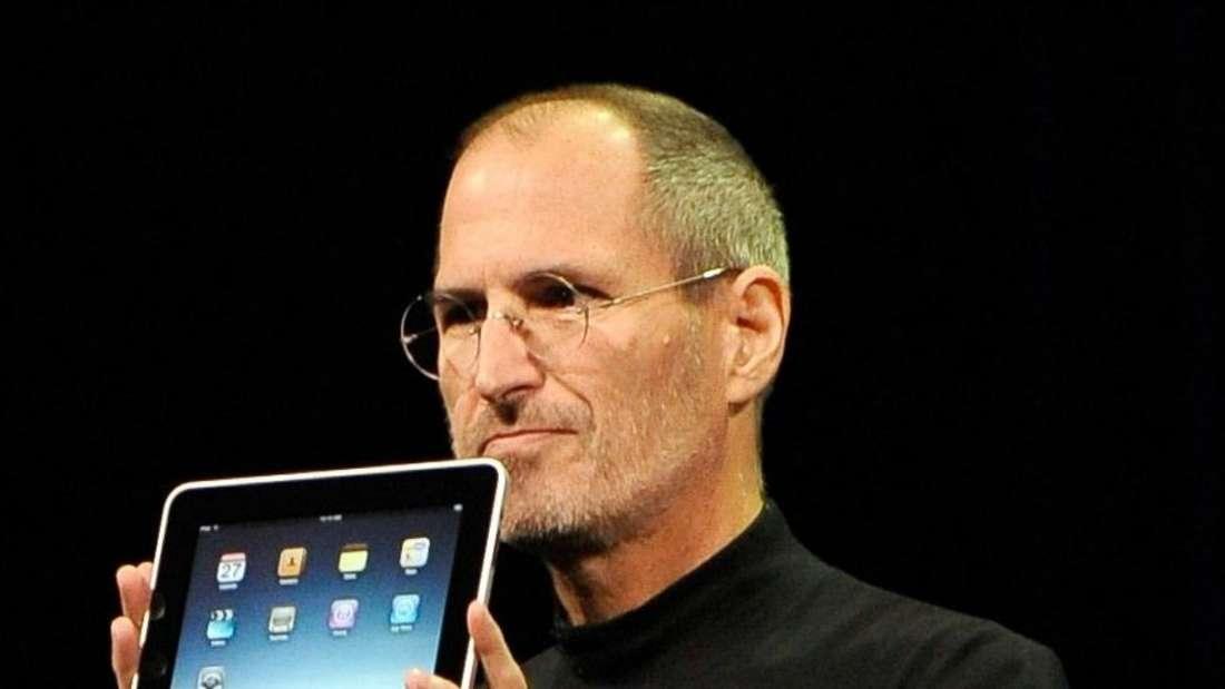 Apple CEO Steve Jobs zeigt ein iPad