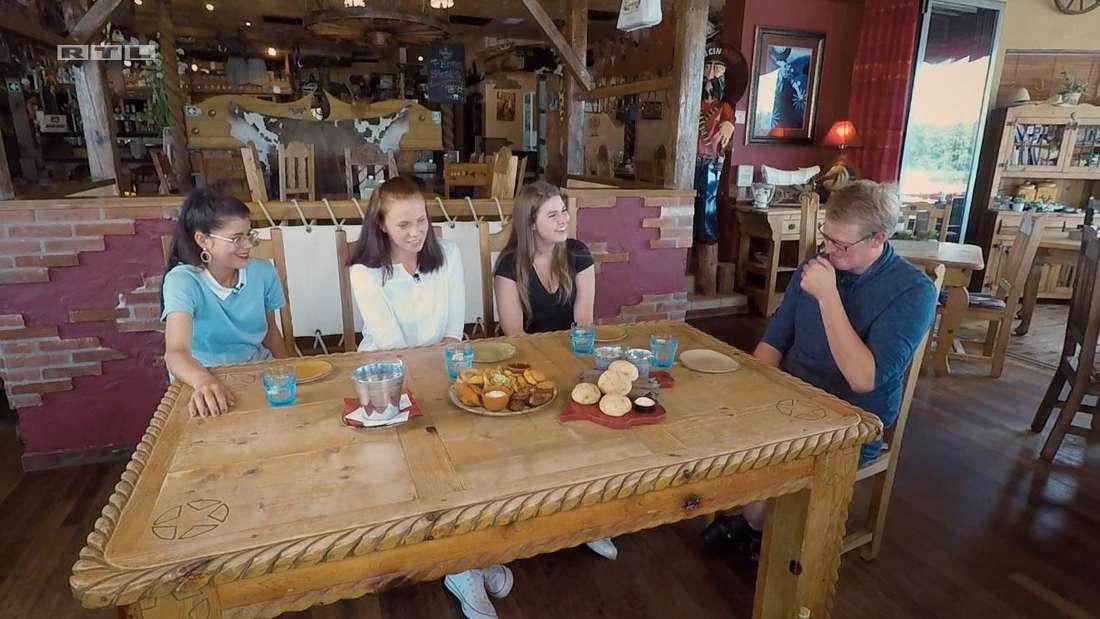 Simon lädt Studentin Christina (li., 27), Ostfriesin Dana (19) und Jacky (21) zu sich ein. Smalltalk ist allerdings nicht so sein Ding.