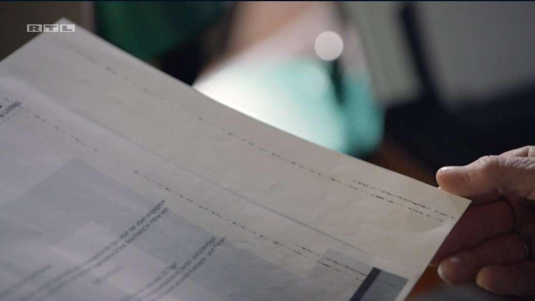 Der Drohbrief und ein weiteres Papier weisen die Schlieren auf, die Jo Gerners Drucker produziert