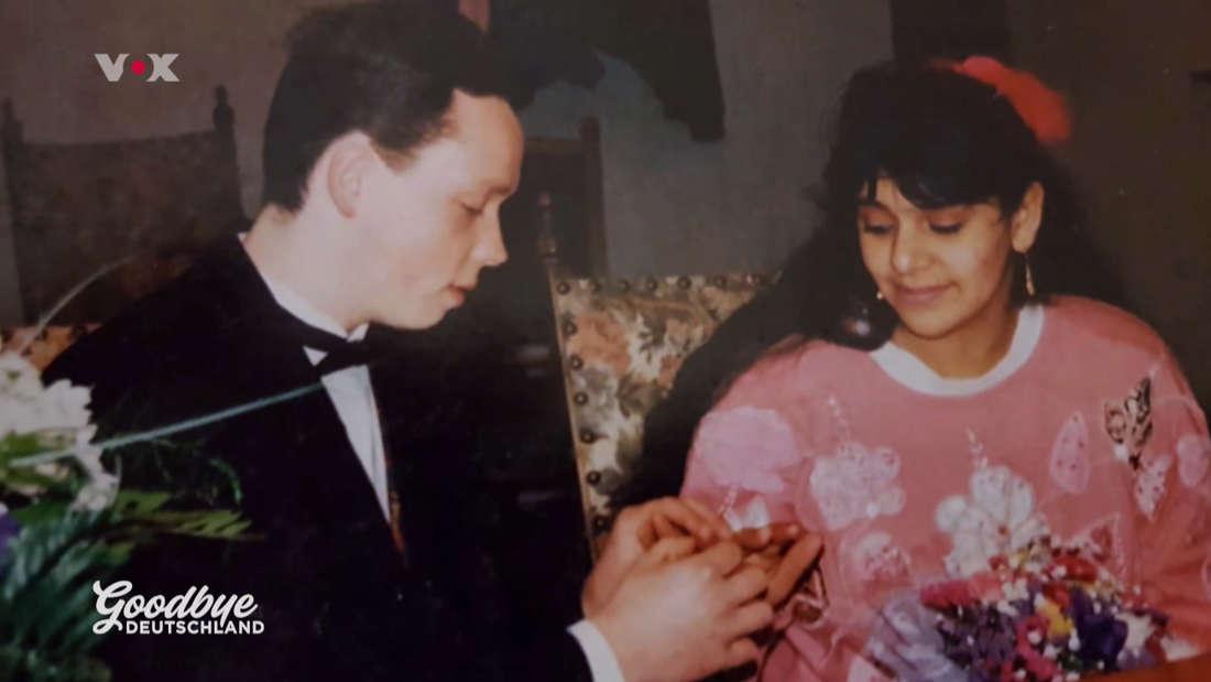 Stefan steckt Stanija den Ring an