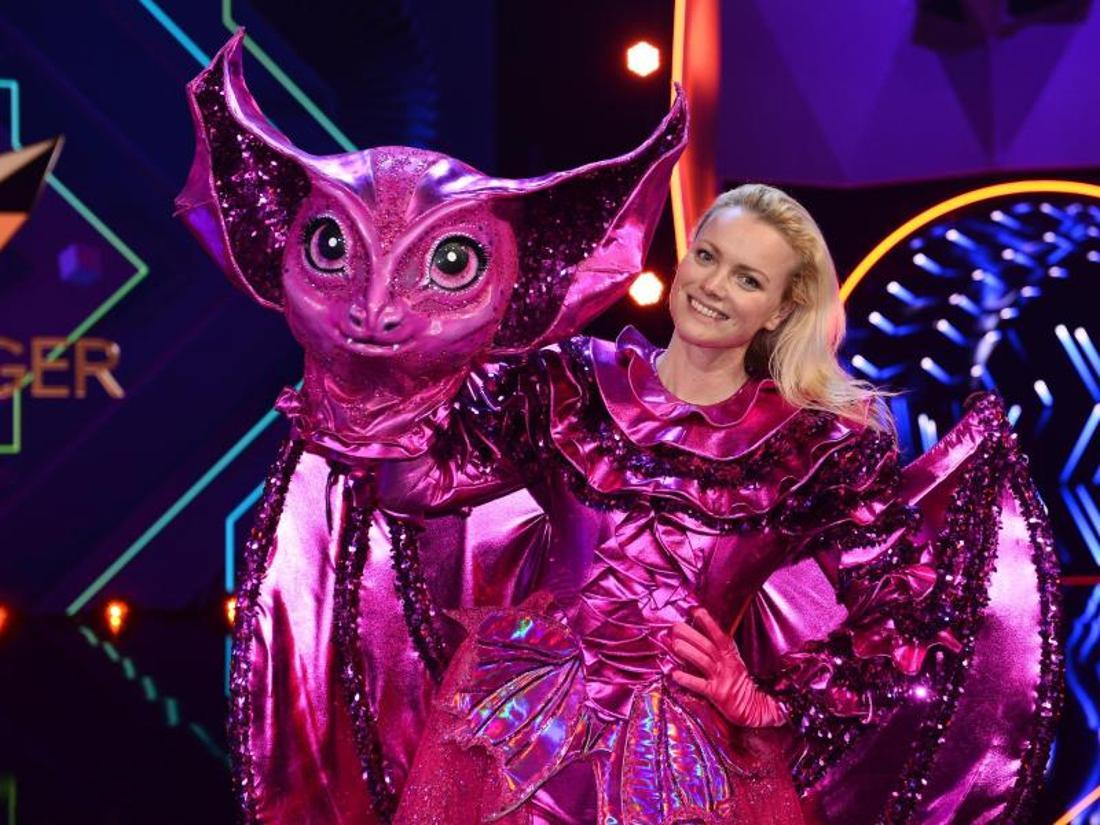 Franziska Knuppe steht als enttarnte Figur «Die Fledermaus» auf der Bühne.