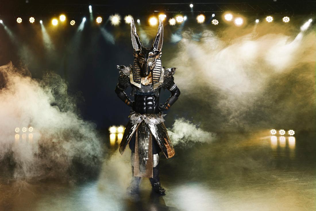 """Der Anubis steht auf der """"The Masked Singer""""-Bühne."""