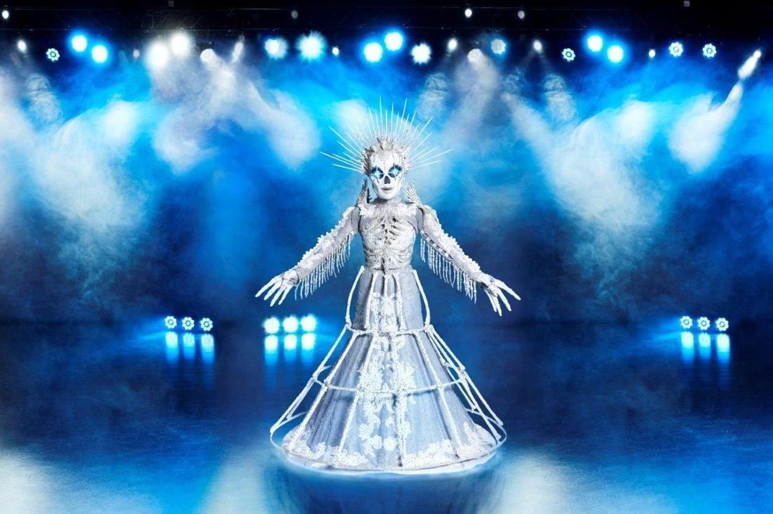 Fans der The Masked Singer-Show sind sich sicher, dass unter dem Skelett-Kostüm sich Sängerin Sarah Lombardi befindet.