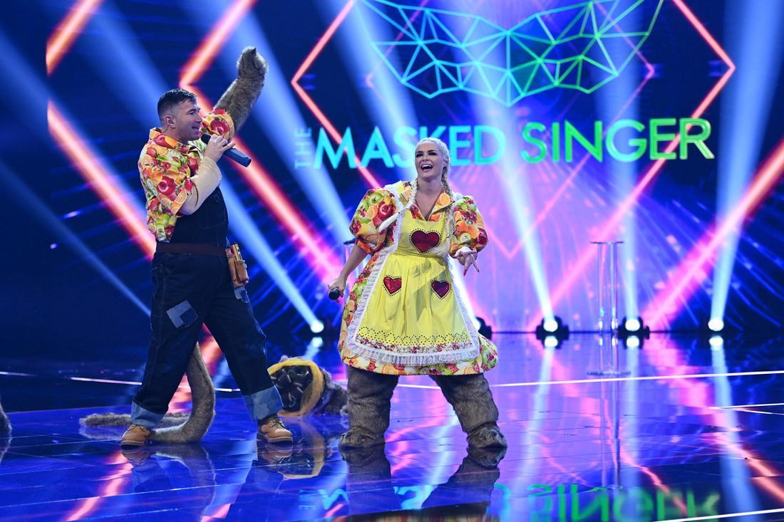 Das Promi-Paar Daniela Katzenberger und Lucas Cordalis steht bei der ProSieben-Show «The Masked Singer» ohne Maske auf der Bühne. Die beiden Reality-Stars steckten in den Kostümen der «Familie Erdmann» - einem Duo possierlicher Erdmännchen.
