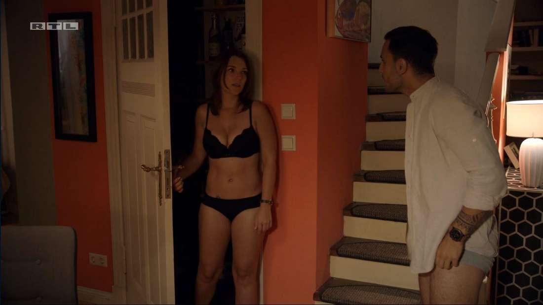 links kommt Lilly in Unterwäsche aus der Vorratskammer, Nihat tut überrascht
