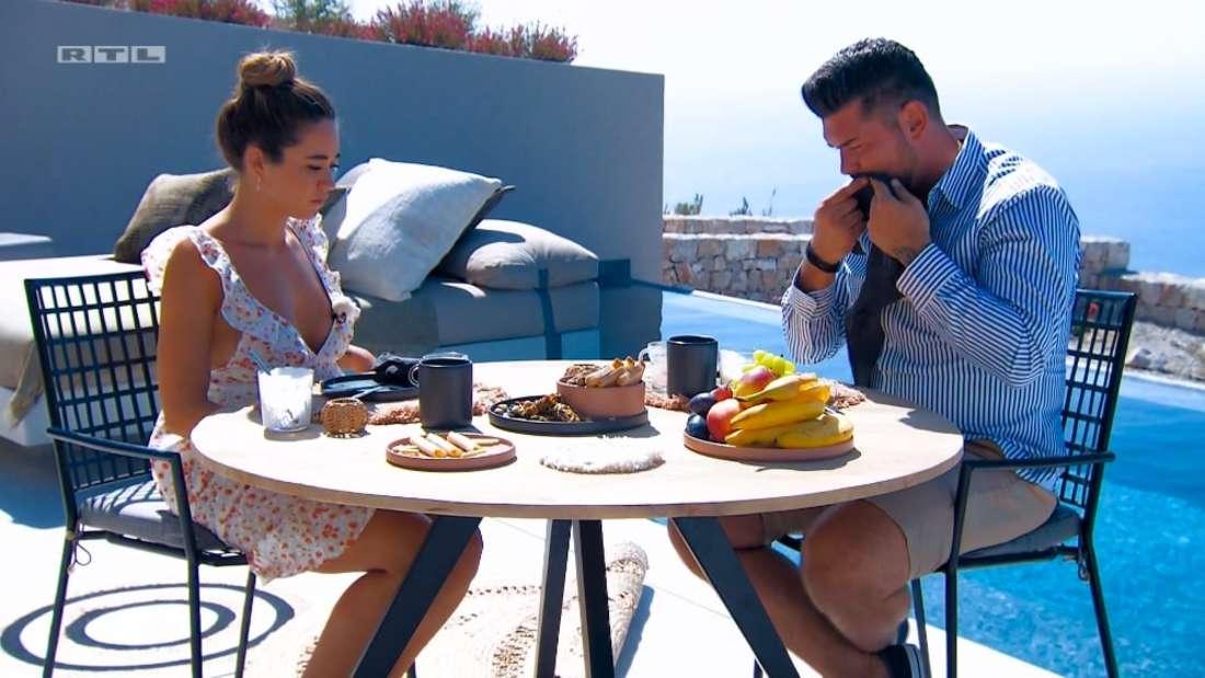 Bachelorette Melissa und Ioannis frühstücken auf Santorini.