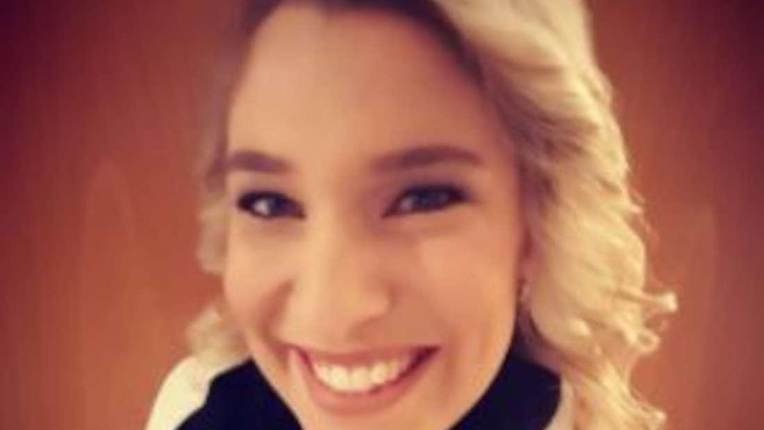 Laura Wilde macht ein Selfie und lächelt