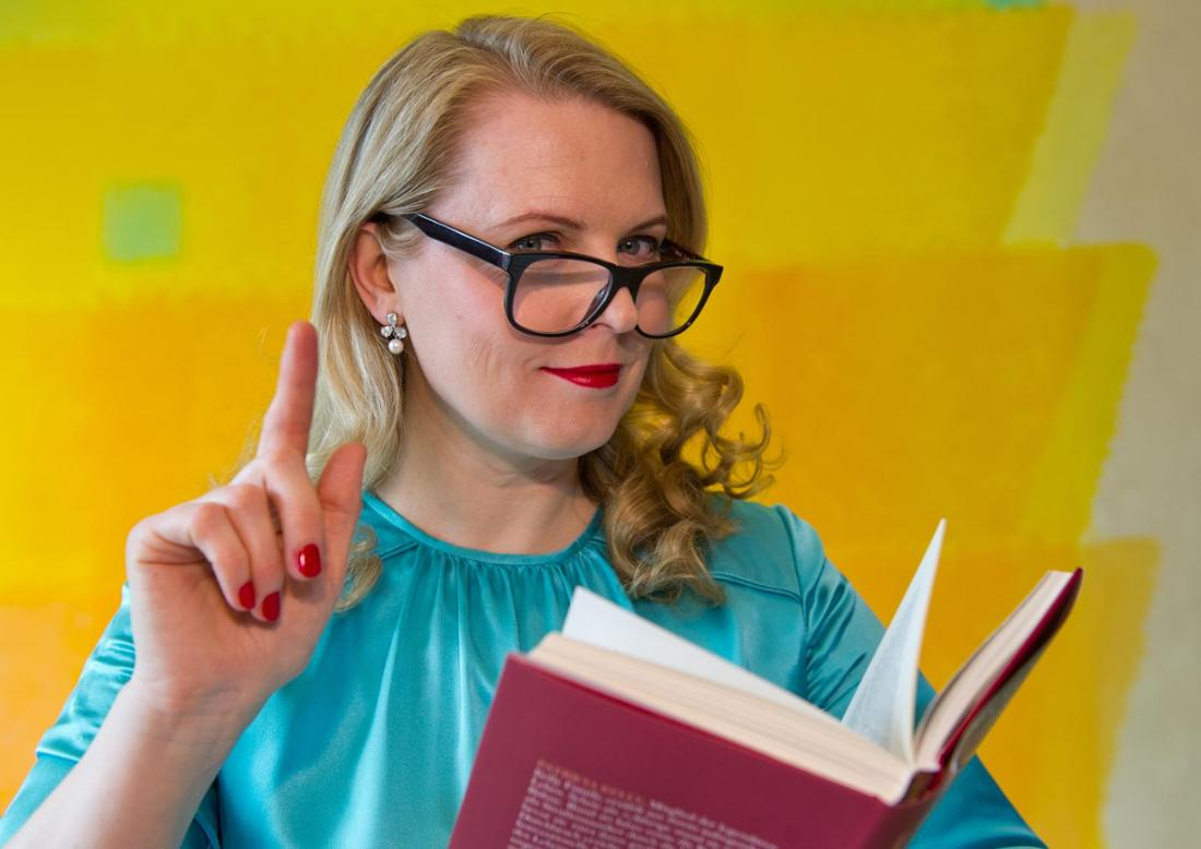 Patricia Kelly hat ein Buch in der Hand und liest vor