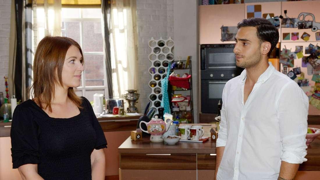 Nihat steht unter Verdacht. Lilly setzt sich für ihn ein.