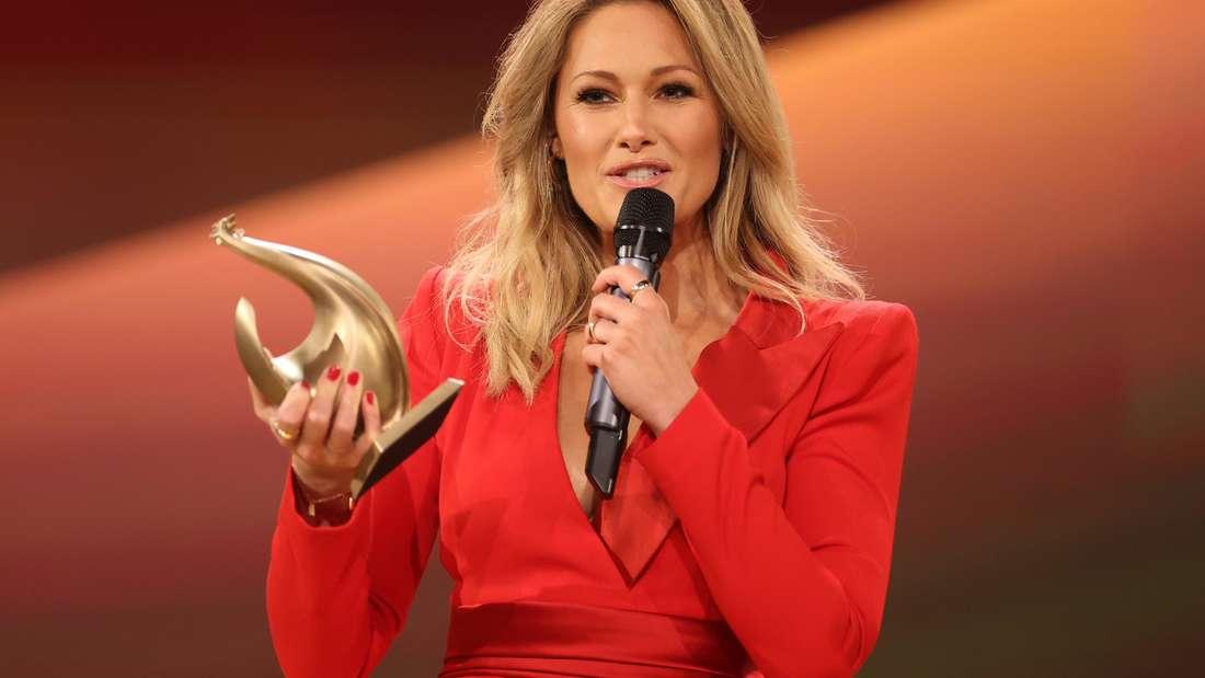 Schlagerstar Helene Fischer nimmt die Goldene Henne in Leipzig entgegen