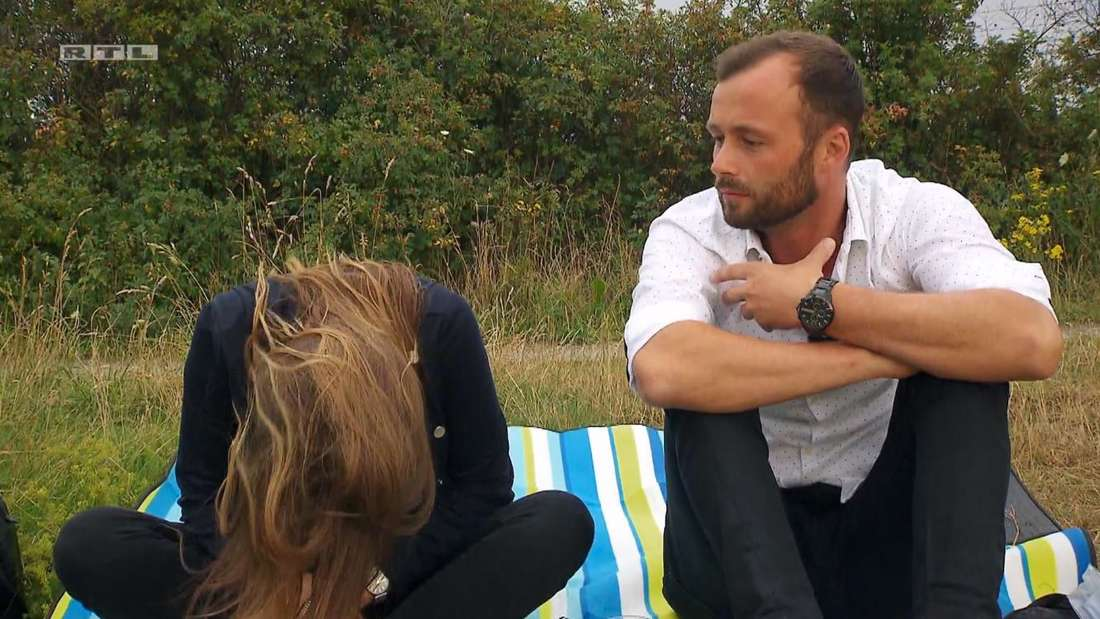 Alina lässt den Kopf hängen, Peter sitzt daneben und schaut perplex