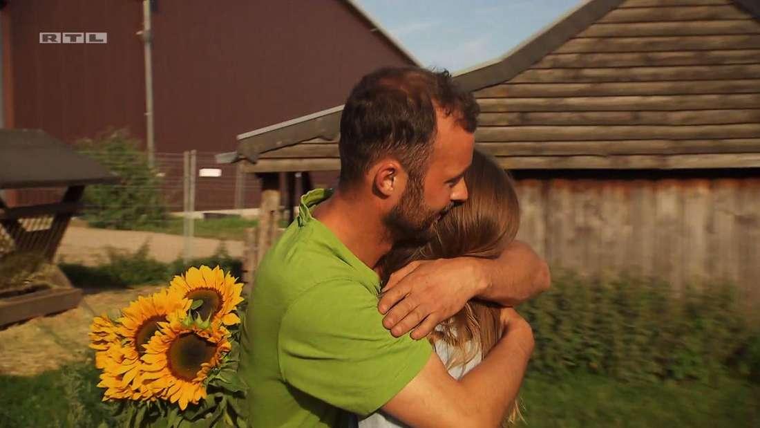Peter und Alina umarmen sich