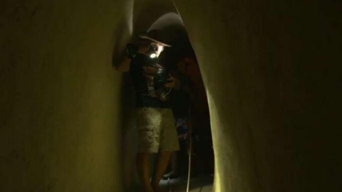 Goodbye Deutschland: Konny und Manu Reimann stehen in einem Tunnel unter ihrem Haus, Konny leuchtet auf einen großen Kompass