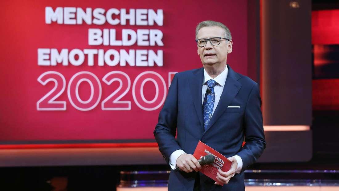 """Günther Jauch steht auf der Bühne bei """"2020! Menschen, Bilder, Emotionen""""."""