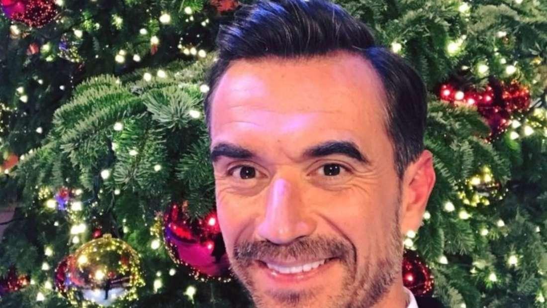 Florian Silbereisen macht ein Selfie vor einem Weihnachtsbaum