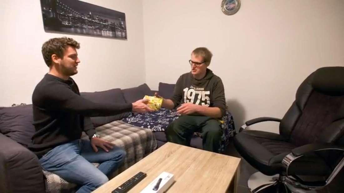 Bauern-Reporter Ralf macht Landwirt Simon ein Geschenk.