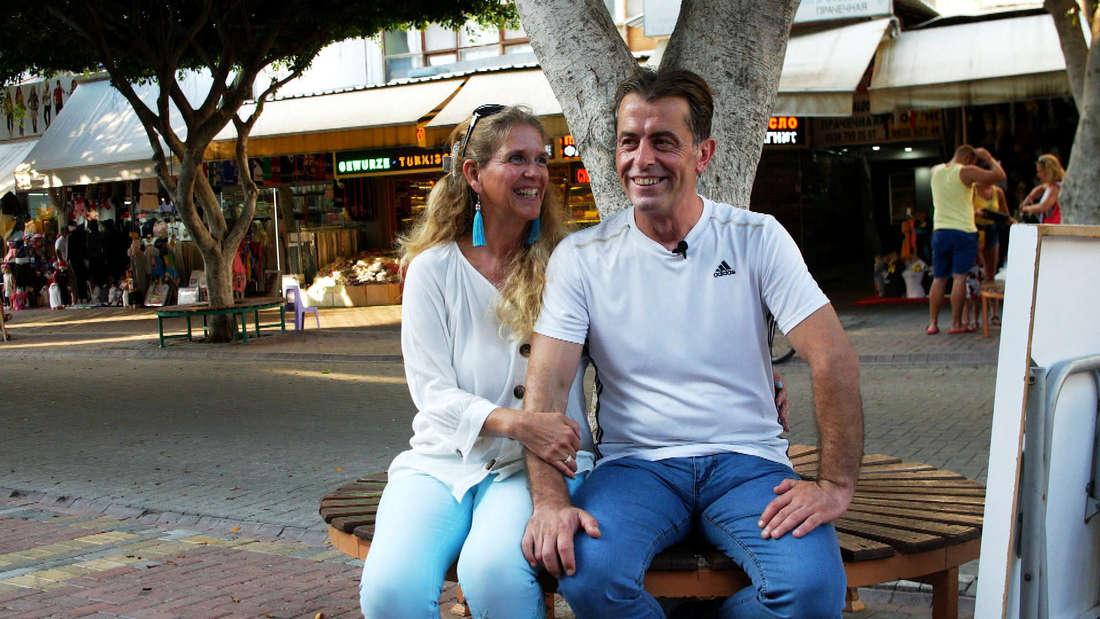 Goodbye Deutschland: Natascha Auer und ihr Freund Yavuz sitzen auf einer Bank