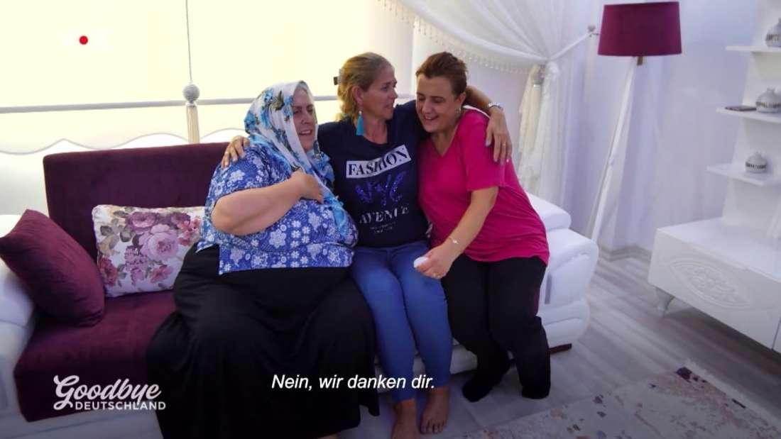 Natascha wird von Yavuz' Mutter und Schwester herzlich in Izmir begrüßt.
