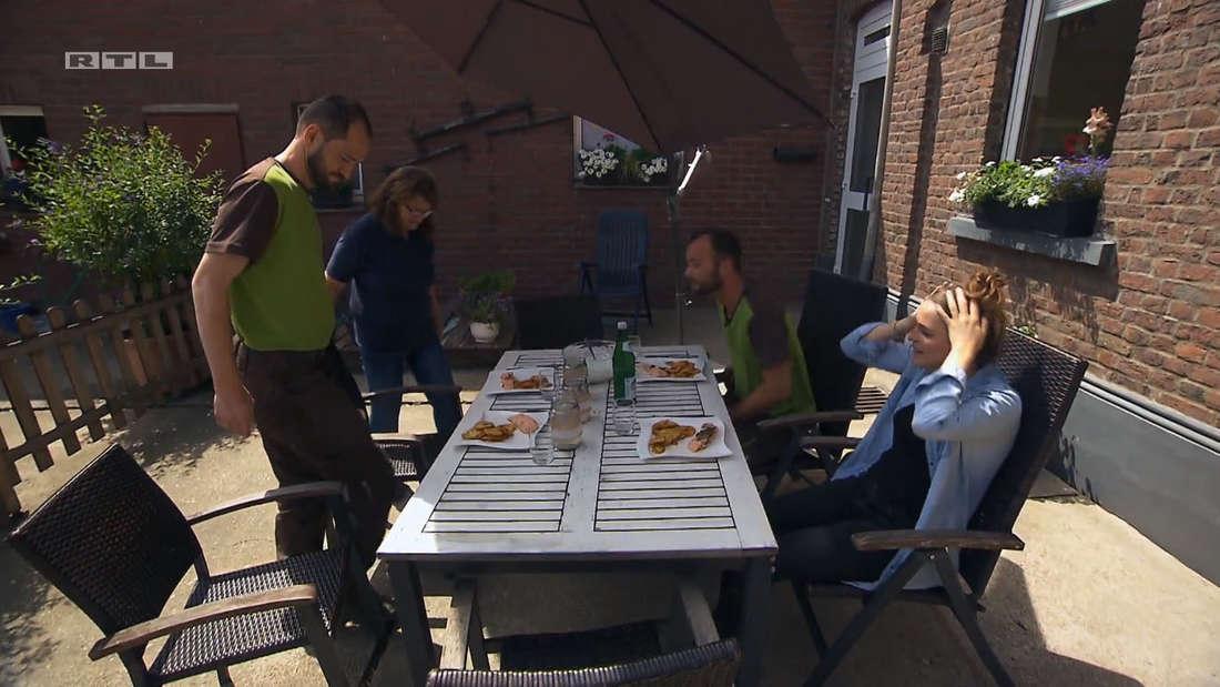 Bauer sucht Frau: Alina und Peter sitzen am Mittagstisch, Peters Bruder und Mutter setzen sich gerade dazu